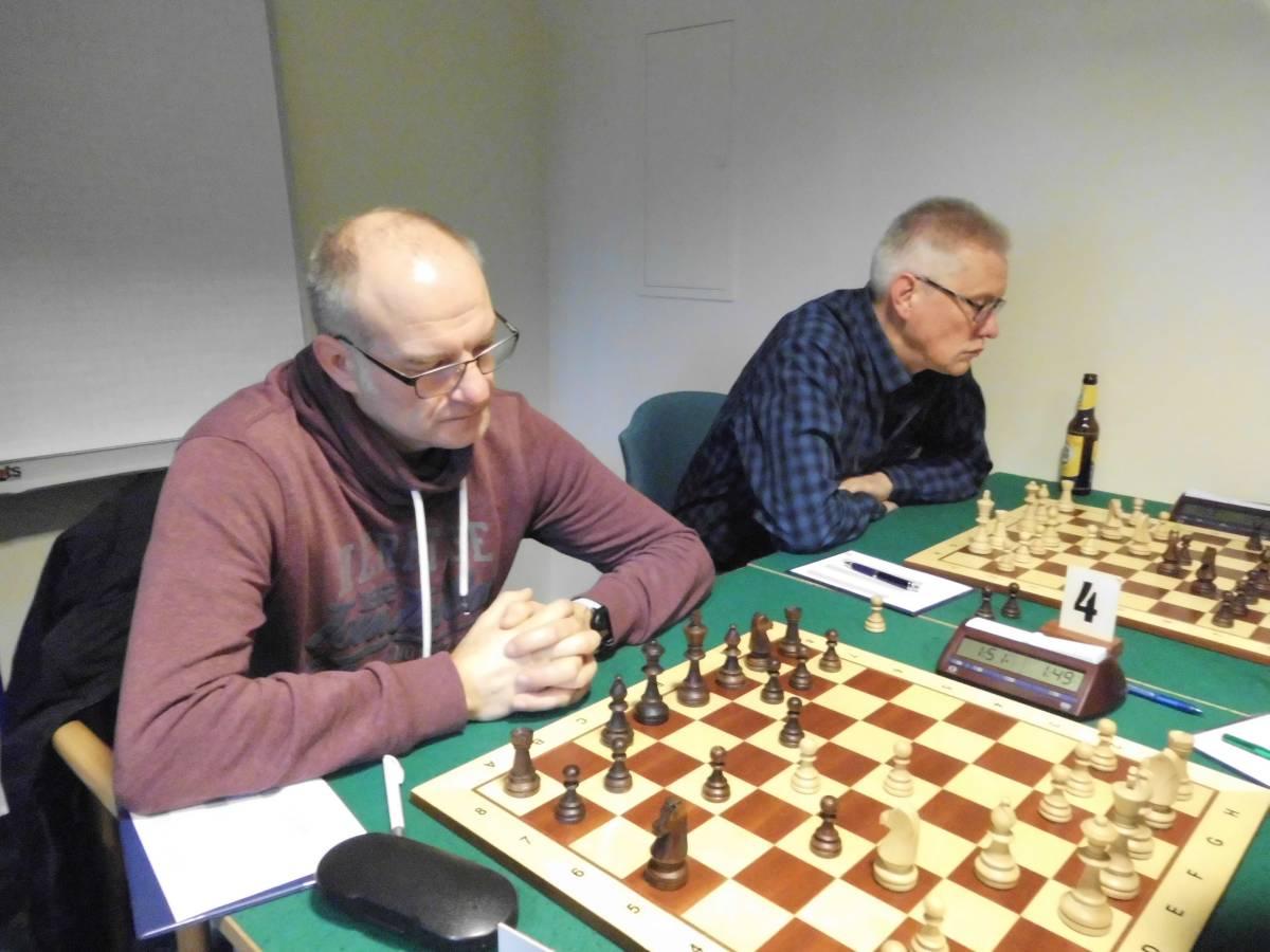Henning Münster (links) und Harald Warns (re.) an Brett 3 und 4 der 1. Mannschaft erzielten gegen gute Spieler jeweils ein Remis.